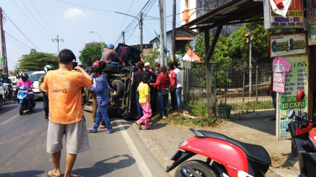 Akibat Pecah Ban, Satu Keluarga Mengalami Kecelakaan